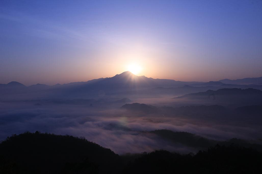 雲海に包まれた大山と朝日