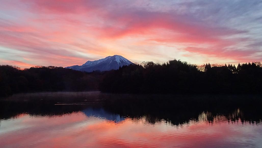 大山と朝焼け