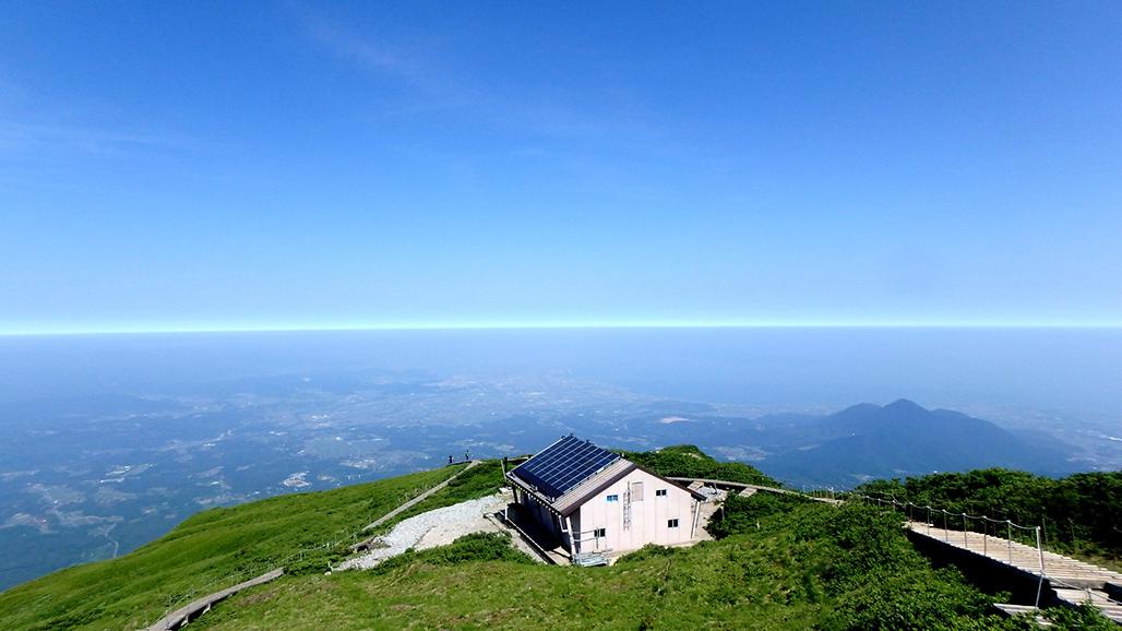 山小屋とブルーライン。