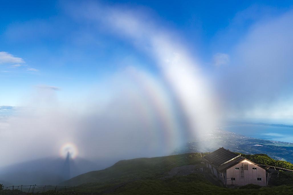 大山山頂でブロッケン現象と霧虹に遭遇