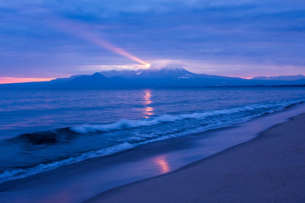 まるで灯台! 神秘的な「大山ビーム」と弓ヶ浜